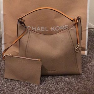 Women Michael Kors Kimberley Shoulder bag.NWT💕💕